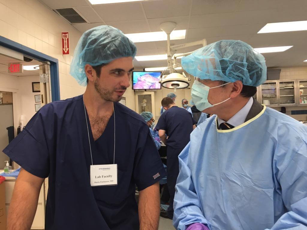 Dr. Mário Farinazzo orientando participante no laboratório de anatomia.